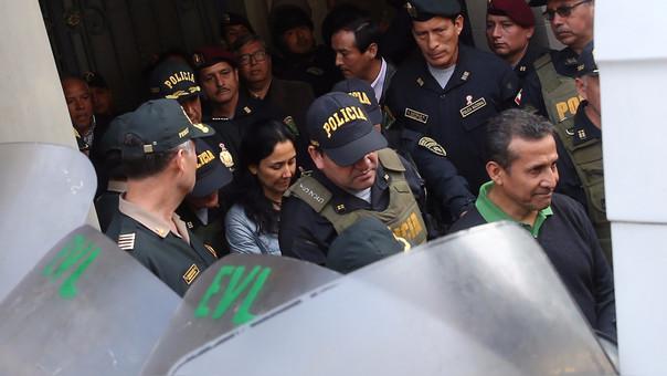El expresidente Ollanta Humala y la ex primera dama Nadine Heredia, salen del Palacio de Justicia rumbo a su encarcelación.