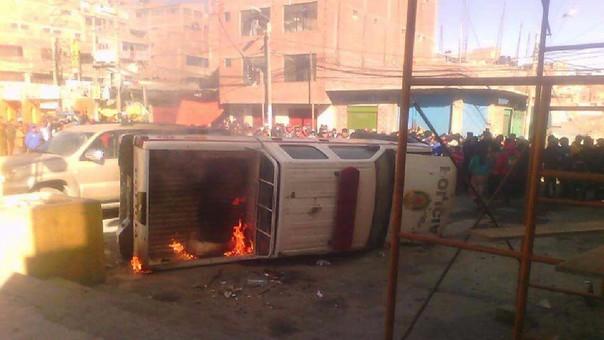 Población se amotinó frente a comisaría y le prendieron fuego a patrullero.