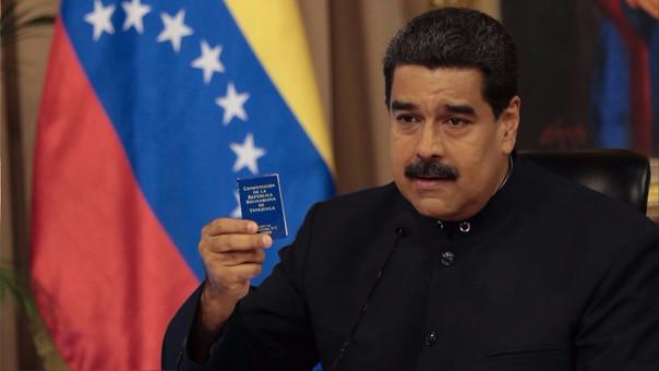 Nicolás Maduro con la constitución que busca cambiar mediante la Asamblea Constituyente.