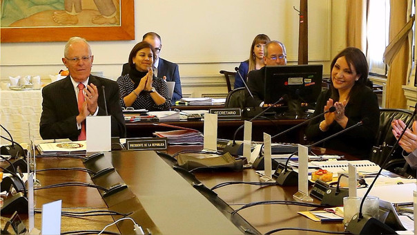 El presidente Kuczynski (izquierda) y Julia Príncipe (derecha) poco después de su nombramiento como presidenta del Consejo de Defensa Jurídica del Estado en setiembre del año pasado. Menos de un año después, ella lo acusa de provocar su despido.