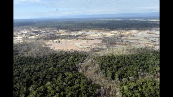 Degradación y deforestación en contraste con el resto del bosque en la zona de amortiguamiento de la Reserva Nacional de Tambopata.