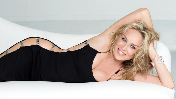 Sharon Stone luce hermosa en bikini a sus 59 años