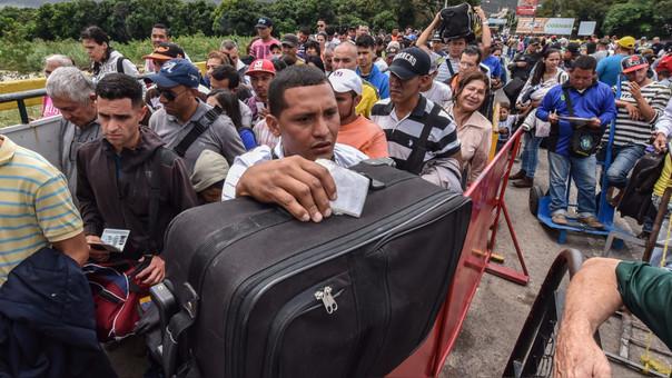 Ciudadanos venezolanos hacen cola en el paso fronterizo hacia Cúcuta.
