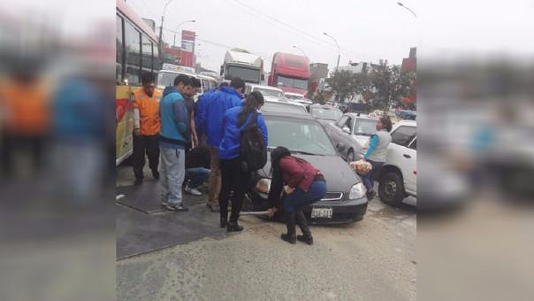 Auto perjudicado por el mal estado de la pista en la avenida México.