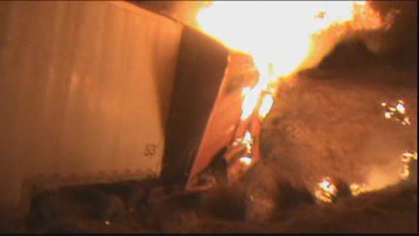 La cabina del vehículo boliviano se incendió tras colisionar con dos unidades más.