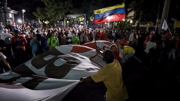 Chavistas participan en una celebración, en la plaza Bolívar de Caracas (Venezuela), al culminar jornada de votación.