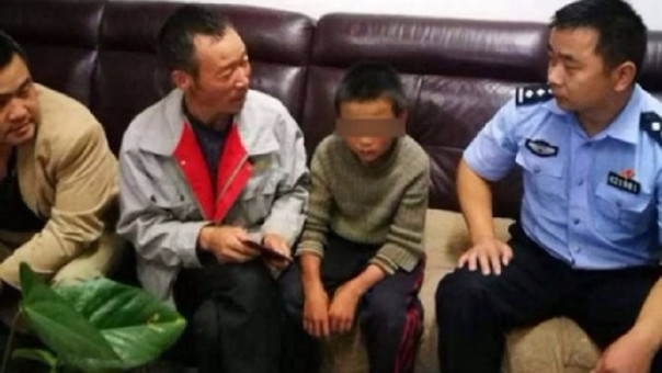 Niño escapa de casa y sobrevive comiendo serpientes en China