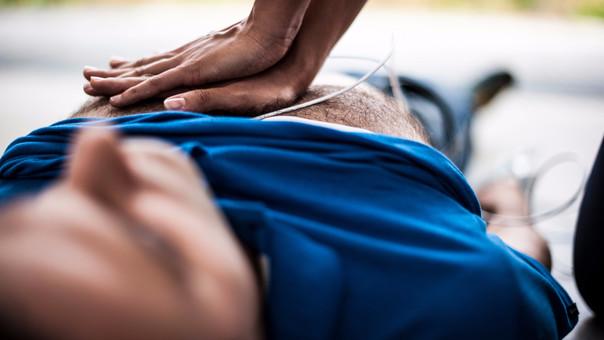Es importante que realice la maniobra de Heimlich para evitar un ahogamiento, con compresiones abdominales. Su médico de cabecera le puede enseñar la técnica correcta.