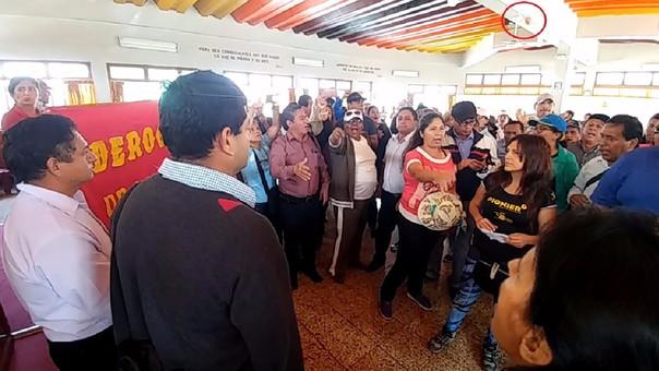 Lanzan huevos contra dirigentes del Sutep.
