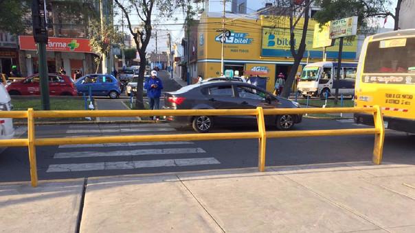 Baranda obstruye paso peatonal