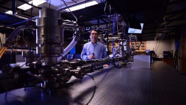 El profesor Zenghu Chang rompió el récord para el pulso de luz más rápido con este dispositivo.