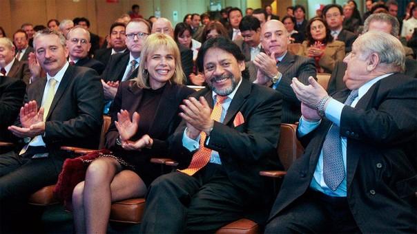 La foto que corresponde al día en que se aprobó la licitación de lotes de petróleo a Discover Petroleum. Alberto Químper y Rómulo León en una mirada cómplice.