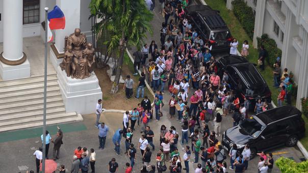 Funcionarios de la Corte de Justicia de Filipinas evacuaron el recinto luego del sismo.