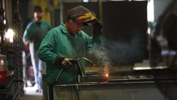 Los trabajadores menos cualificados son los más afectados por la automatización de la economía.