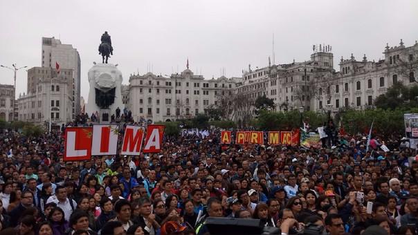 Los profesores reclaman aumentos de salarios y de pensiones. Se van congregando diariamente en la Plaza San Martín desde hace una semana.