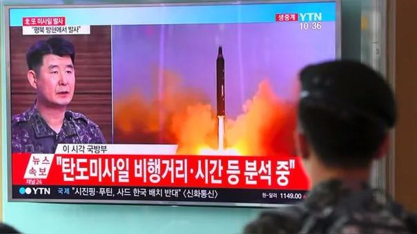 Un soldado surcoreano observa el video de un ensayo balístico de Corea del Norte.