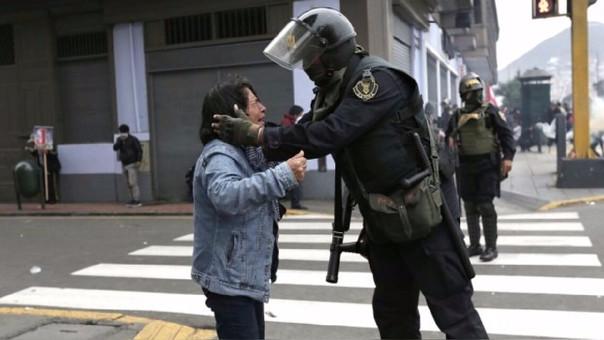Según explicó el fotógrafo, la maestra se acercó al policía para increparle por su acción, pero el policía solo la acarició.