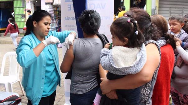 Las campañas de vacunación por neumonía deben ser constantes, indican los expertos.