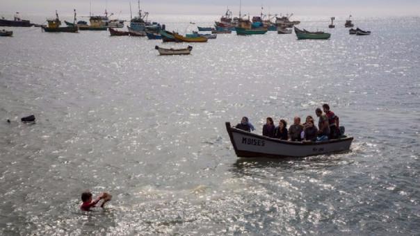 El momento en el que se esparcen las cenizas de Arturo Corcuera al mar de Salaverry.