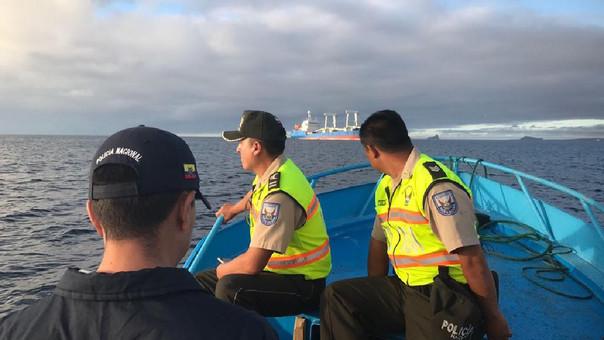 Ciudadanos chinos han permanecido arrestados en interior de barco carguero. Policías han custodiado embarcación.