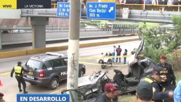 Así quedó la camioneta que se empotró contra un poste de luz en plena Vía Expresa, a la altura de Javier Prado.