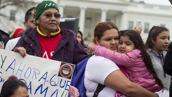 Latinos protestan en Washington contra el plan de deportaciones.