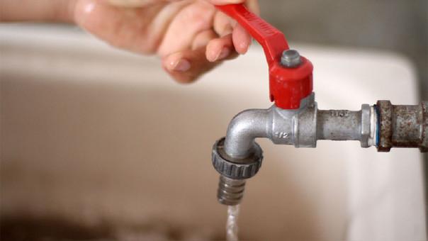 Tarifas de agua bajaron 2.7% en agosto para familias con subsidio, informó el INEI.