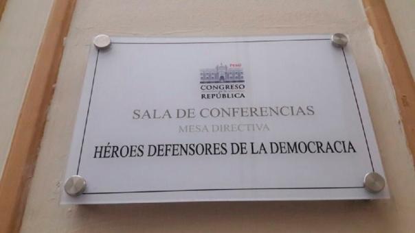 Esta es la nueva placa que se ubica a al entrada de la sala.