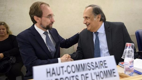 El alto comisionado de la ONU para los Derechos Humanos, Zeid Ra'ad al Hussein (izquierda), conversa con el embajador de El Salvador en la ONU y presidente del Consejo de Derechos Humanos (CDH), Joaquin Alexander Maza Martelli.