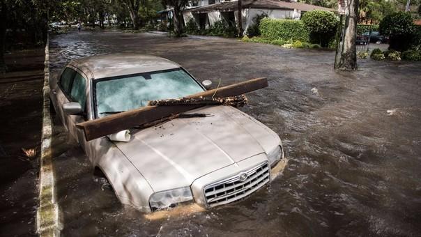 Un auto inundado por efecto del huracán Irma en Jacksonville, Florida.