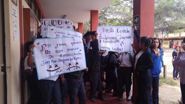 Los alumnos protestaron el local de la Dirección Regional de Educación.