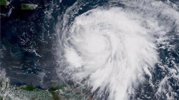 Fotografía del huracán María. Arriba, a la izquierda, la isla de Puerto Rico, hacia donde se dirige.