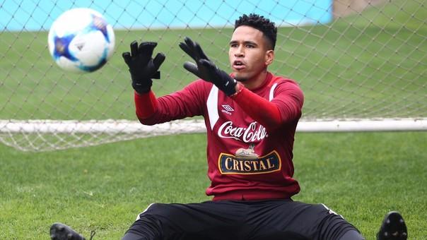 Pedro Gallese entrenó con un guante especial de 4 dedos para fortalecer el dedo afectado.