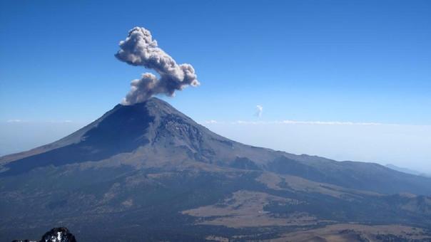 El volcán Popocatépetl en Puebla, México, es el segundo volcán más alto de México, con una altitud máxima de 5,500 metros sobre el nivel del mar.