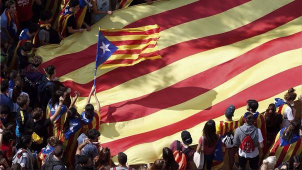 Estudiantes marcharon este jueves con banderas catalanas para manifestarse a favor de la independencia catalana y del referéndum del domingo.