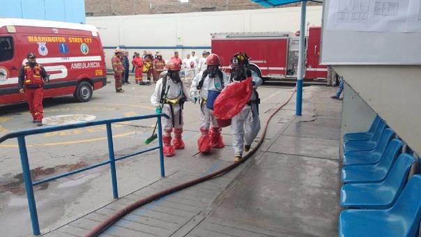 Bomberos en hospital Lazarte
