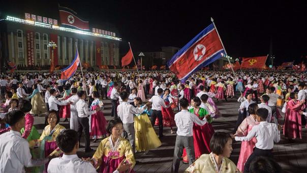 Jóvenes norcoreanos bailando durante un evento masivo en el vigésimo aniversario de la elección de Kim Jong-il, padre de Kim Jong-un, como secretario general del Partido de los Trabajadores.