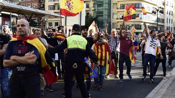 Protestas y contaprotestas se dieron este lunes en ciudades de España como Valencia (foto).
