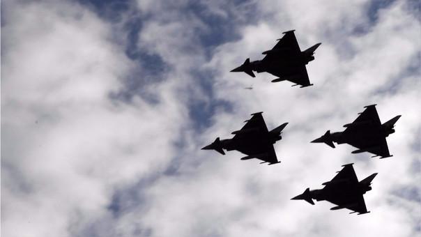 Cuatro Eurofighters, como el que se estrelló, vuelan sobre Madrid como parte del desfile militar por el 12 de octubre, Día de la Hispanidad.