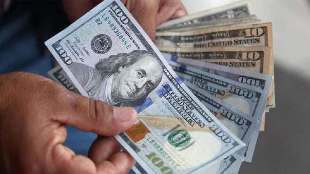 La cotización del dólar interbancario cayó este lunes a 3.244 soles.
