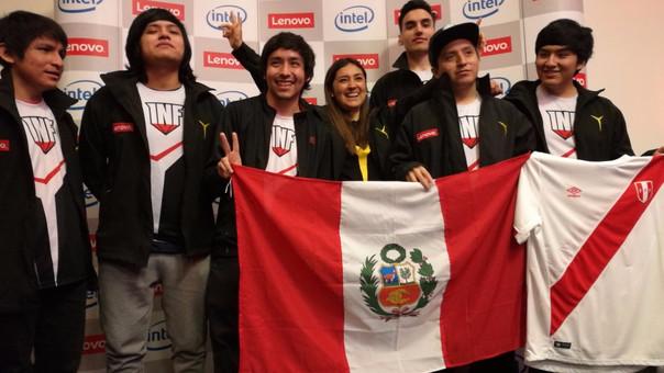 El equipo peruano con una representante de Lenovo, su principal sponsor.