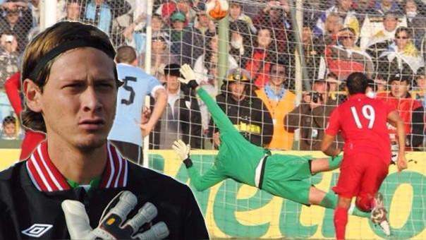 Diego Penny le atajó un penal a Forlán en las Eliminatorias rumbo a Brasil 2014.