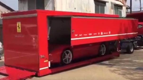 Ferrari hace espectacular entrega de auto nuevo a su dueño