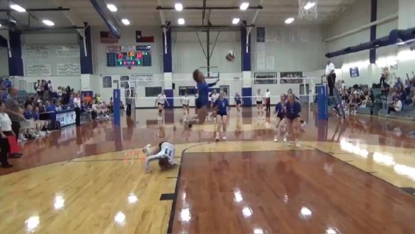 Voleibolista realiza mortal salto para salvar hacer ganar a su equipo