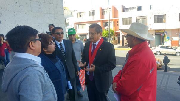 Presidente de Corte de Arequipa Eloy Zamalloa, dialoga con trabajadores