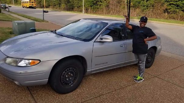 Facebook | Sus amigos le regalaron un auto por ser una buena trabajadora