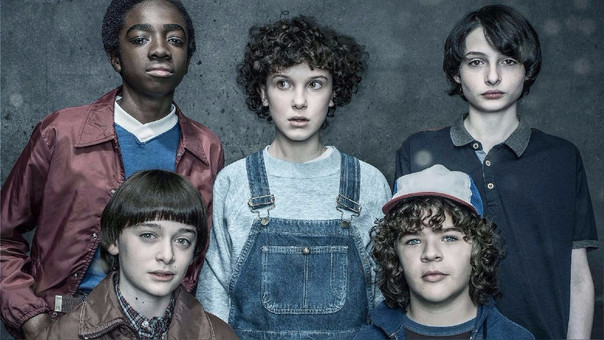 Millie Bobby Brown (Eleven), Finn Wolfhard (Mike), Gaten Matarazzo (Dustin), Noah Schnapp (Will) y Caleb McLaughlin (Lucas), la pandilla original de la primera temporada, enfrenta nuevos retos y dinámicas en la segunda.