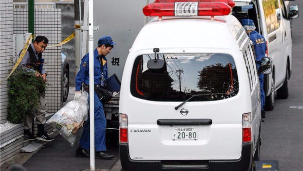 La policía sigue investigando para identificar a las víctimas y esclarecer el crimen.