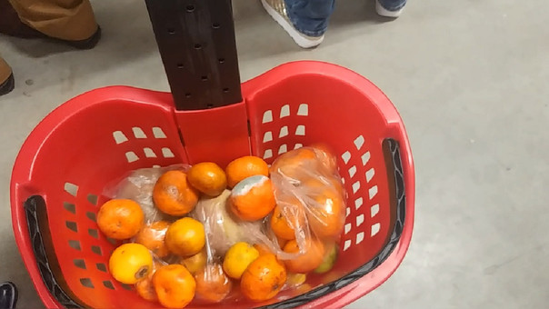 Decomisan fruta malograda en ex supermercado