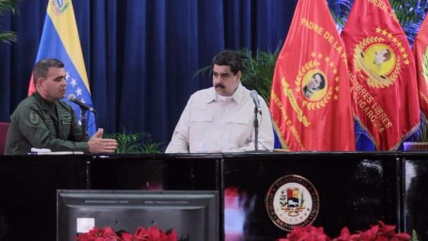 Nicolás Maduro junto al ministro venezolano de Defensa, Vladimir Padrino López, durante una reunión con jefes de las Fuerzas Armadas en Caracas.